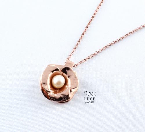 Realizzato in argento in bagno di oro rosa e perla rosa di acqua dolce. Hand made in pink golden silver and pink pearl.